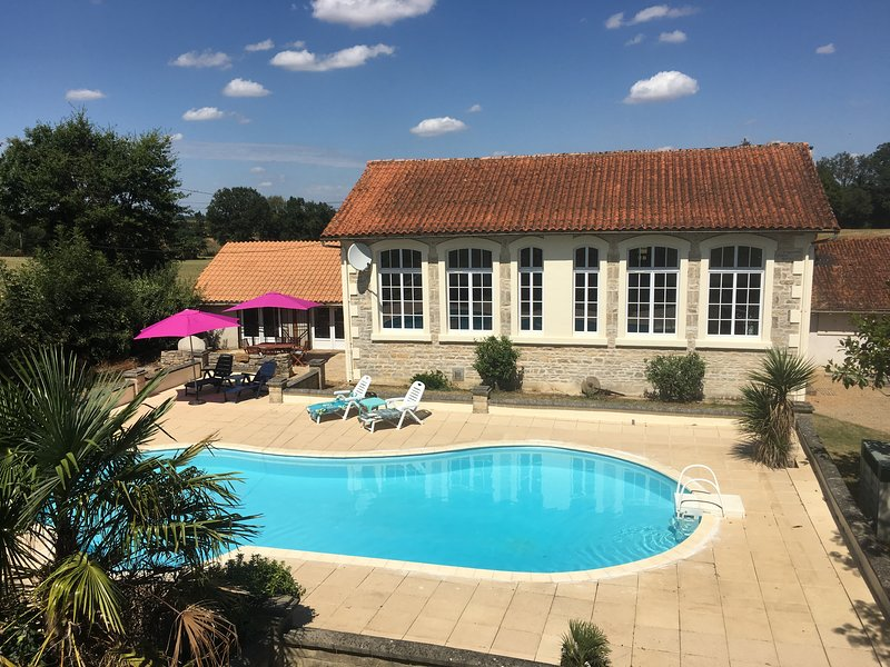 L'Ancienne Ecole - Three Bedroom With Shared Pool In Tranquil Surroundings, vacation rental in Thorigne