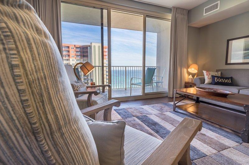 Esta hermosa sala de estar con vista al impresionante Golfo de México