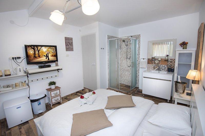 palm on the beach-Tamarsmall unit, aluguéis de temporada em Ben Ami