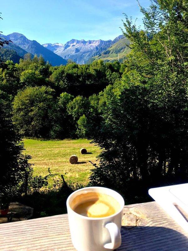 desayuno frente a las montañas
