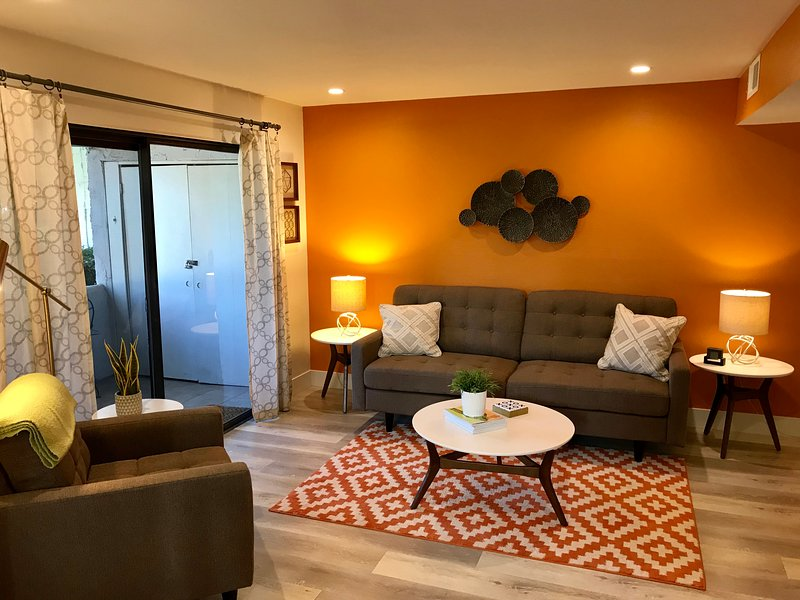 Beautiful, Remodeled Mid Century-Inspired Palm Springs 2bd/2ba Condo, holiday rental in Palm Springs