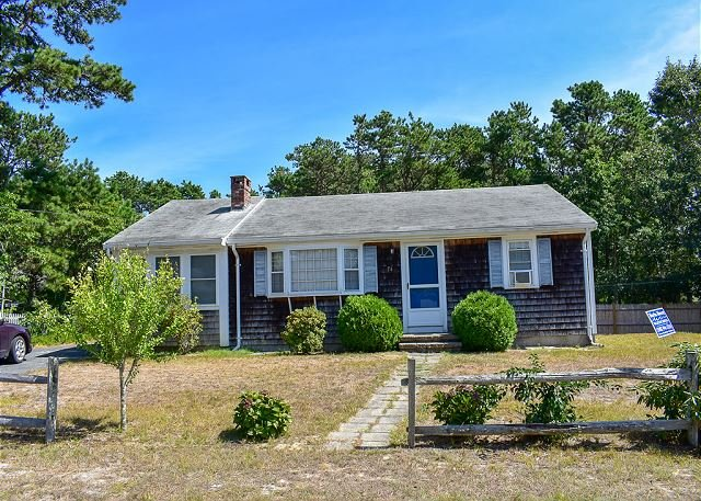 Ranch home with screened sunporch just 7/10 miles to Dennisport beaches., location de vacances à South Harwich