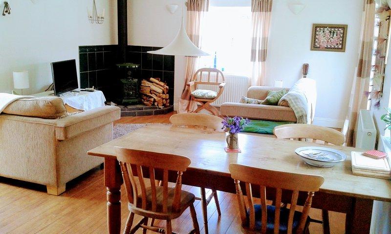 Sala de estar de plano aberto leve e arejado
