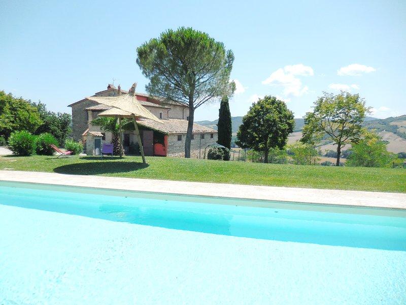 RUSTIC VILLA WITH LARGE SWIMMING POOL, Ferienwohnung in Romazzano
