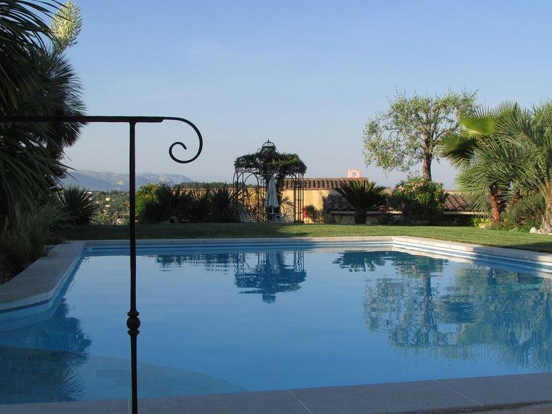 Villa avec piscine et jardin exotique, location de vacances à Valbonne
