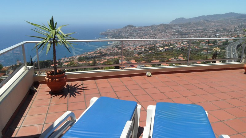 Dream vacation with superb view over the bay & mountains of Funchal. BBQ & WIFI, aluguéis de temporada em Madeira