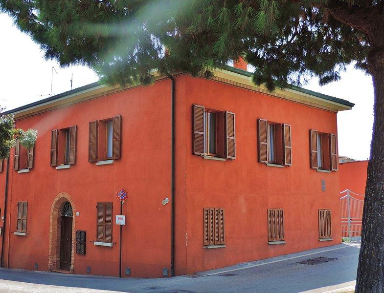 Het huis: het appartement bevindt zich op de eerste verdieping, met de zes open luiken