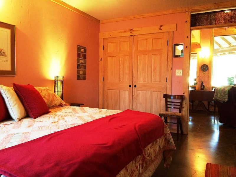 Dragonhead Retreat LODGE  Shelter in Place Flat Rates, 1 Bedroom, location de vacances à Flint
