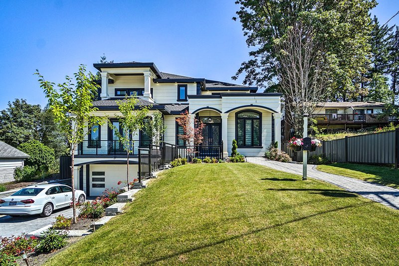 Luxury Vancouver Home w/ Patio & Views of Downtown, holiday rental in New Westminster