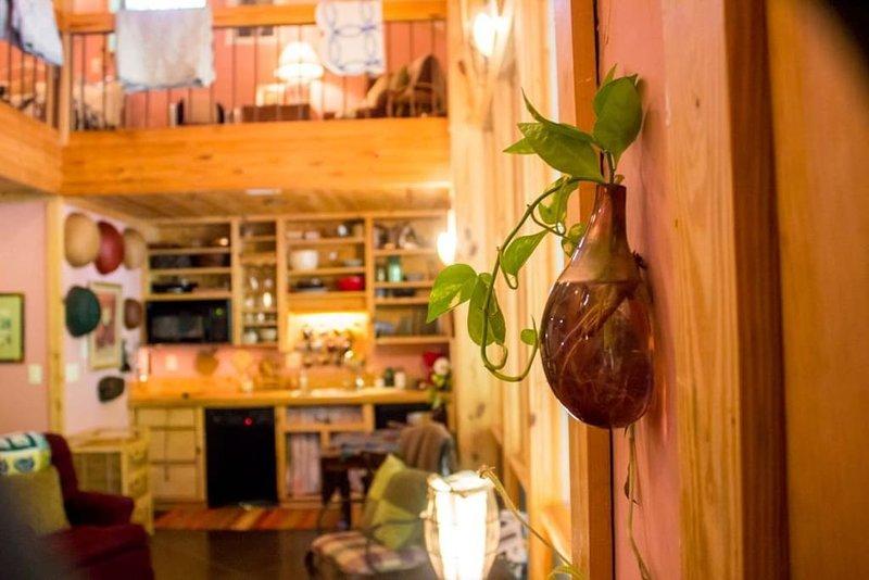 Justo dentro de la puerta de la casa de campo. Ver a través de la vida, comedores a la cocina.