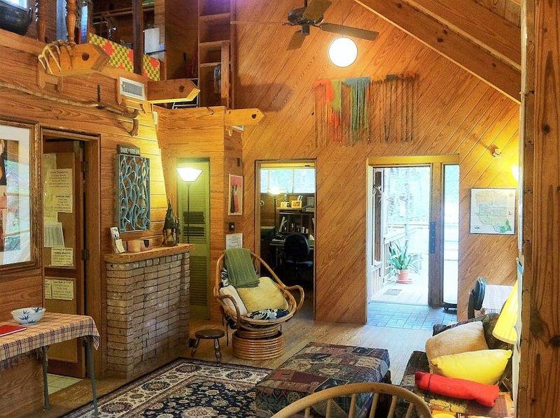 Vista de la sala de estar desde la mesa de comedor a las puertas del frente y del dormitorio; Baño a la izquierda; Loft UP izquierda w Q Cama.