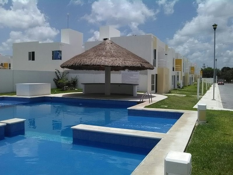PRIVATE HOUSE WITH POOL, A/C ROOMS, GREAT LOCATION, FAMILIAR, PEACEFUL., holiday rental in Cancun