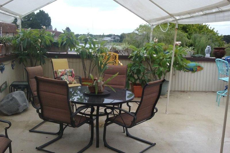 Gran patio privado junto a la sala de estar con vista panorámica.