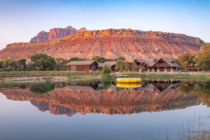 Zion Red Rock Oasis est une maison de 14 000 pieds carrés idéale pour les grands groupes.