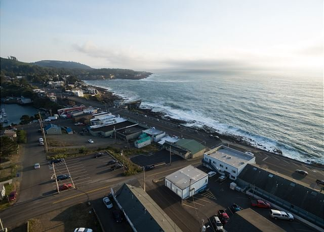 Experience this beautifully modern condo with great views of Depoe Bay!, holiday rental in Otter Rock