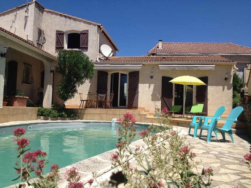 magnificent villa with pool and garden in very quiet village, location de vacances à Aigues-Vives