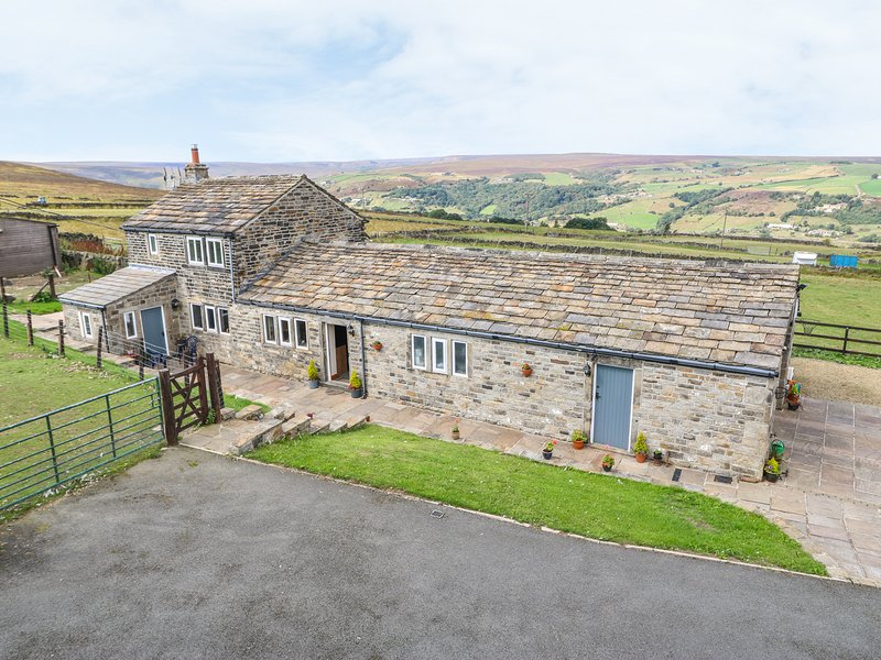 FOXSTONE EDGE COTTAGE, woodburning stove, super king-size bed, magnificent, holiday rental in Ripponden