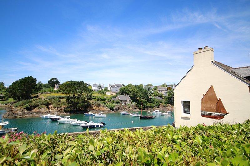 Les pieds dans l'eau pour cette chaleureuse villa, vue mer incontournable !, holiday rental in Doelan