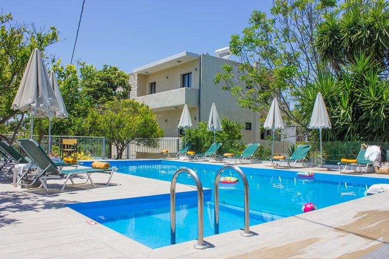 New 10 bedroom complex, with private pool, BBQ!, location de vacances à Asteri