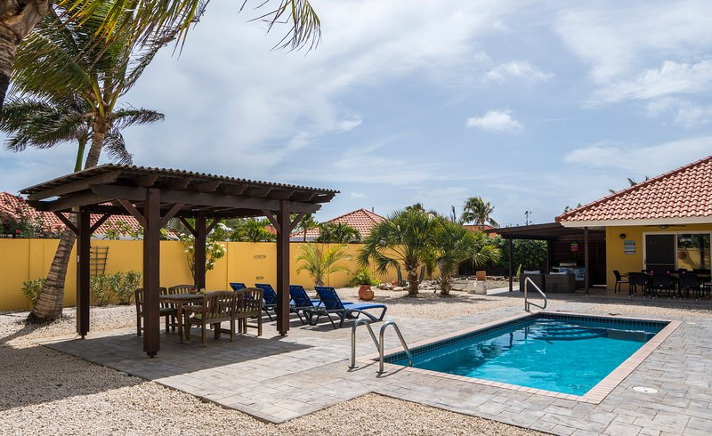 Luxury villa BibaBon with private pool, location de vacances à Noord