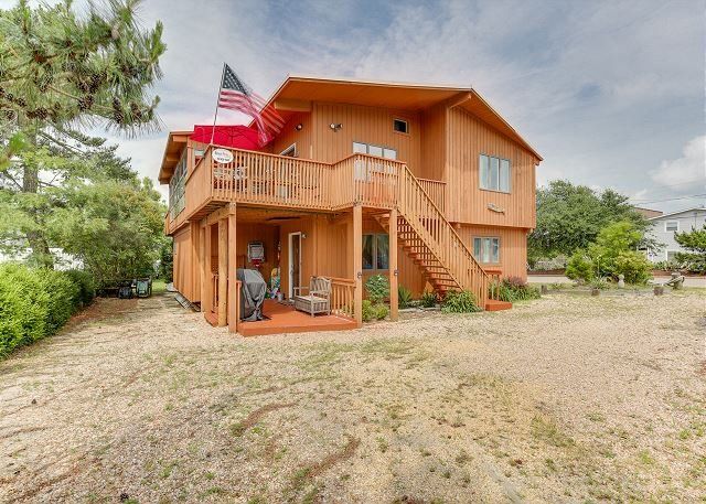 Spacious Beach House! 6 bedrooms, 3 bathrooms,2 minute walk to the beach!, location de vacances à Virginia Beach