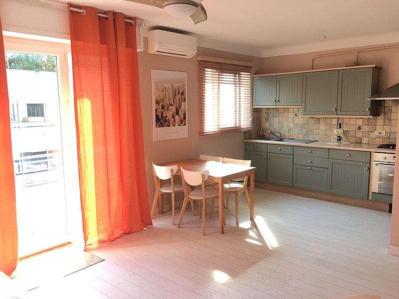 Big sun bathed studio apartment near beaches, sea view over Cap D'Antibes, location de vacances à Juan-les-Pins