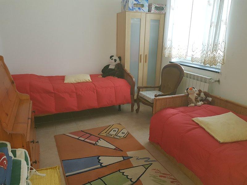 rode slaapkamer met 3 eenpersoonsbedden
