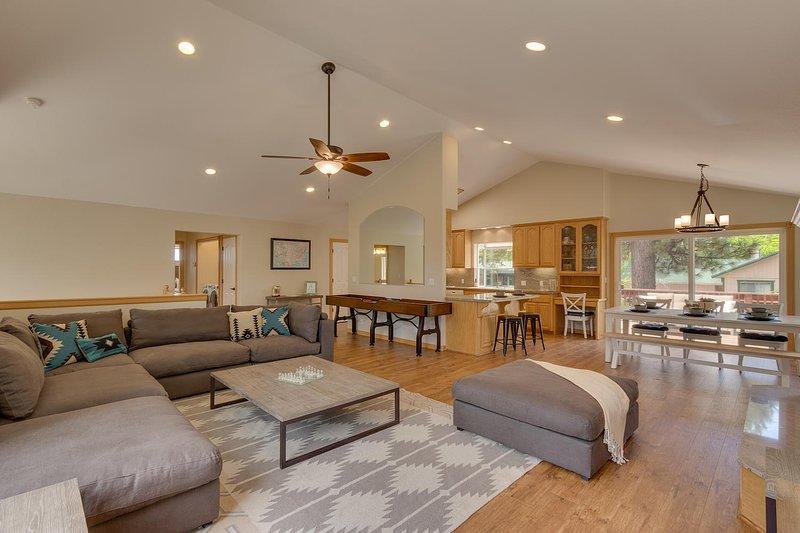 Cold Creek Retreat - moderna sala de estar