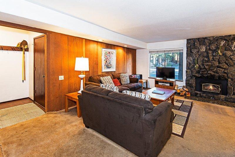 Horizons 4 # 157 - Sala de estar con chimenea y TV