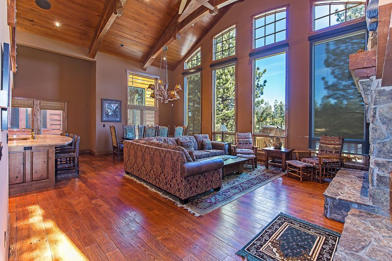 Stonegate #02 - Luxurious Living Room with Large Windows