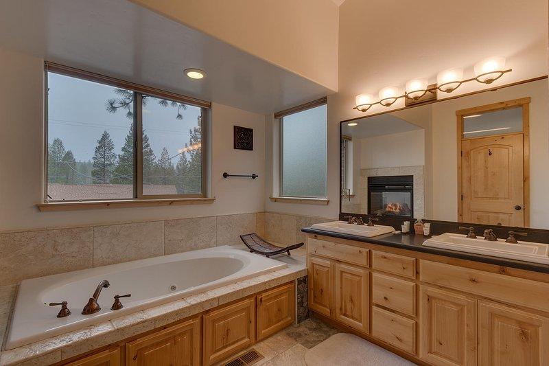 Evergreen Estate - Master bathroom with jacuzzi tub