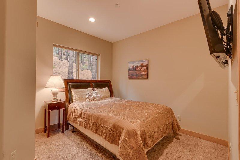 Evergreen Estate - First guest bedroom Queen bed
