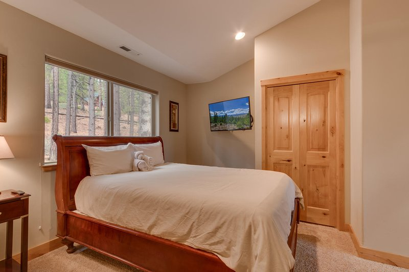 Evergreen Estate - Fifth guest bedroom Queen bed