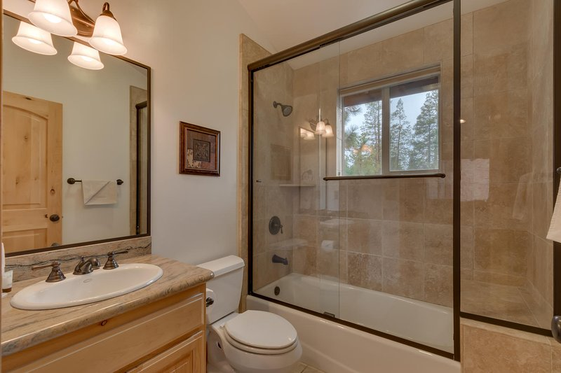 Evergreen Estate - Guest bathroom with shower/tub