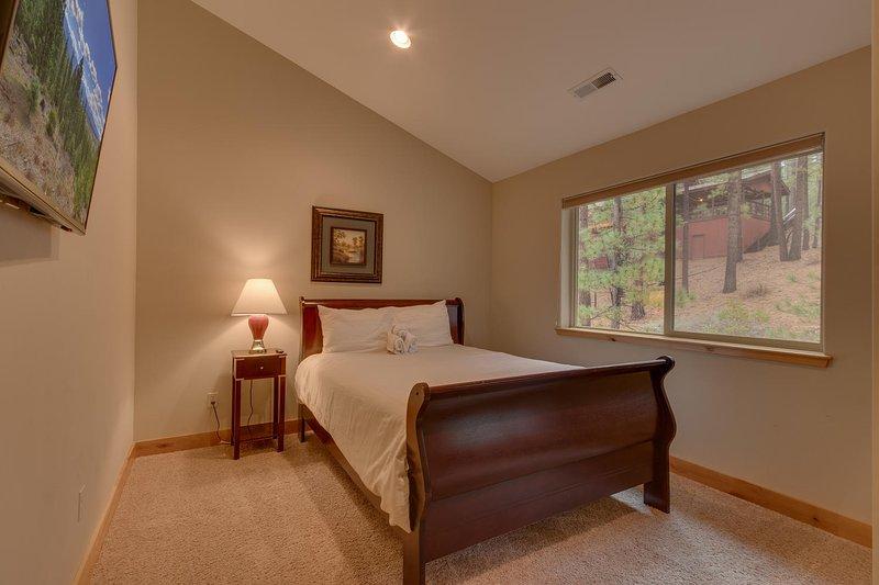 Evergreen Estate - Sixth guest bedroom Queen bed