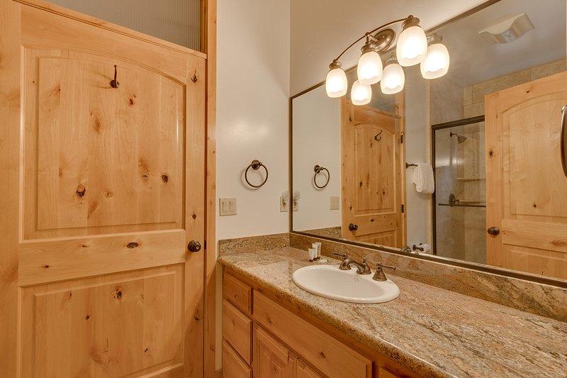 Evergreen Estate - Guest bathroom