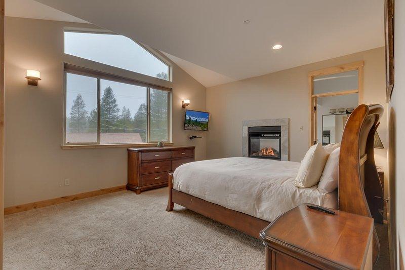 Evergreen Estate - Master bedroom King bed