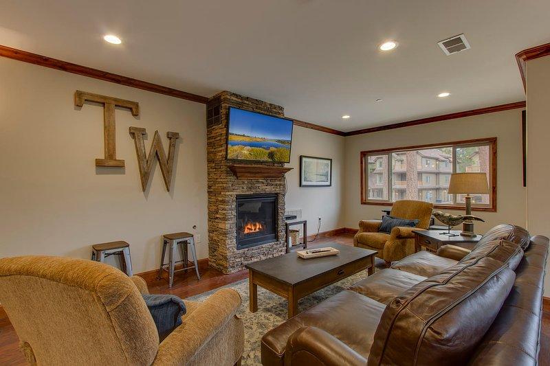 Tahoe Woods Vista - Sala de estar con TV de pantalla plana montada
