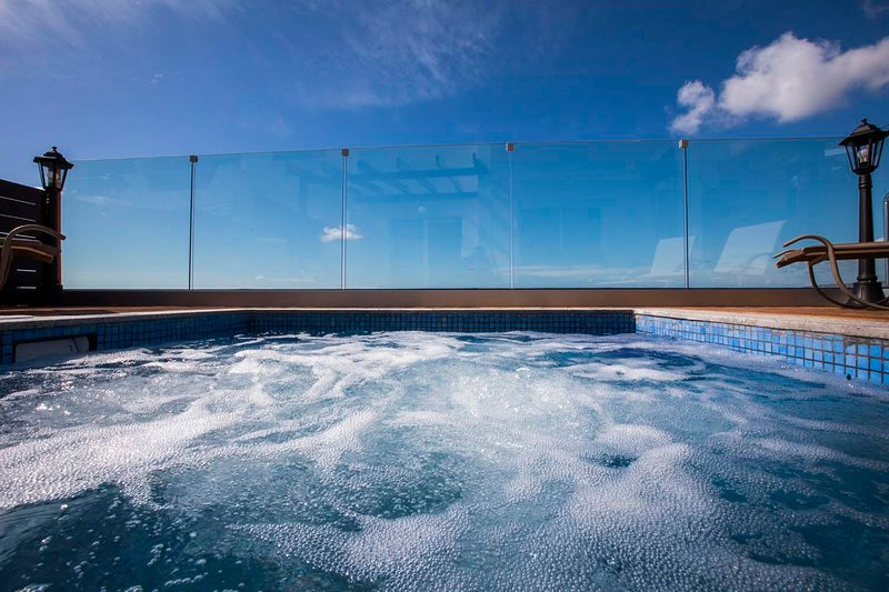 Diamond 17. Luxury 3 bedroom suite with private hot tub jacuzzi in Paphos., holiday rental in Khlorakas