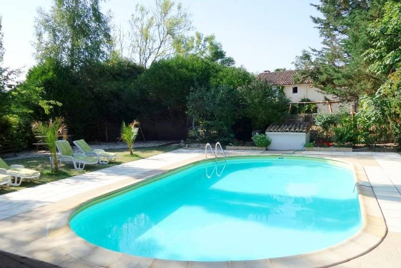 La Lavande at La Châtaigne Gites. 2 Bedroom Gite with Shared Pool, holiday rental in Vaux