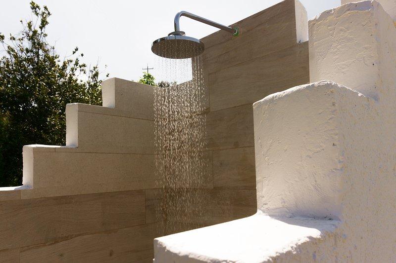 Douche extérieure à côté de la piscine!