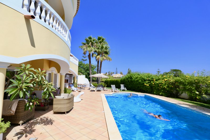 LUZ, LAGOS,GREAT SEA VIEWS, 10x5M Saline pool, AIR-CON, Hi Speed WiFi, Sat, holiday rental in Almadena
