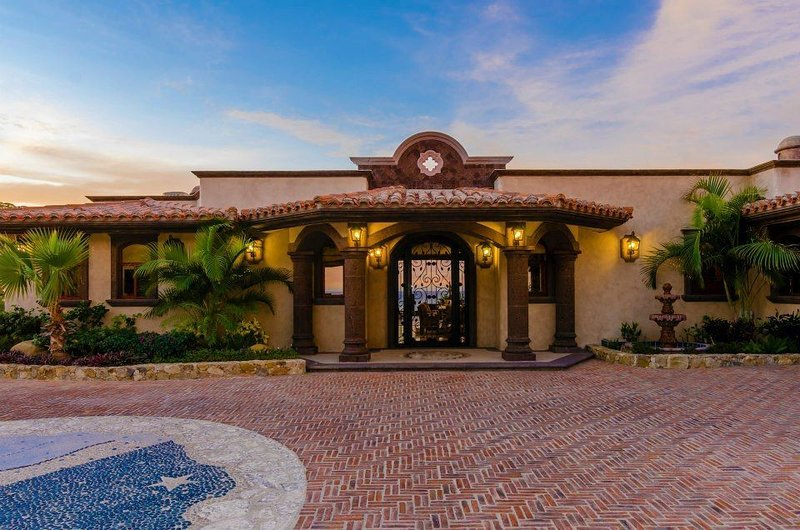 Be mesmerized by the stunning face of Casa Mar y Estrella the moment you pull up to the property!
