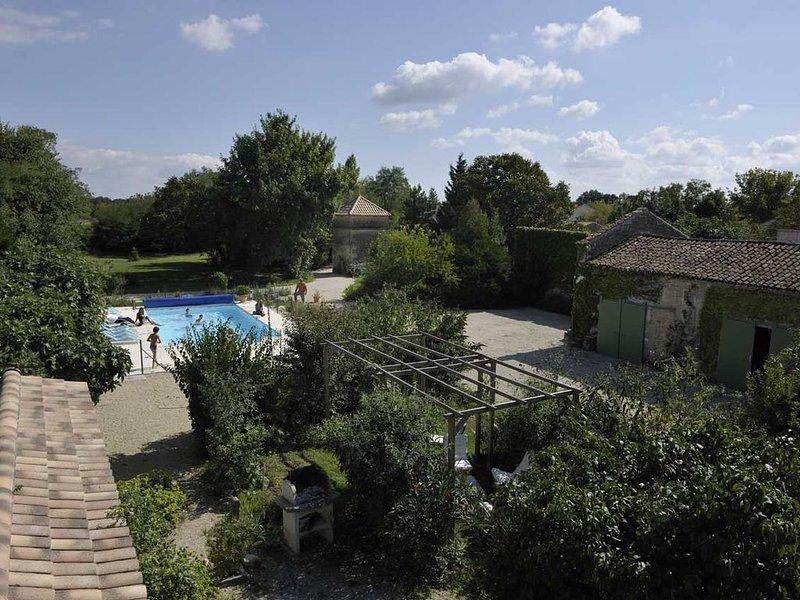 Demeure piscine et salle de réception vignoble Médoc - Océan 50 min de Bordeaux, holiday rental in Prignac-En-Medoc