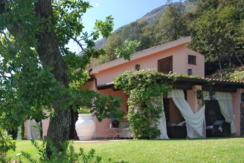 Maratea Villa Sleeps 11 with Pool Air Con and WiFi - 5478903, location de vacances à Maratea