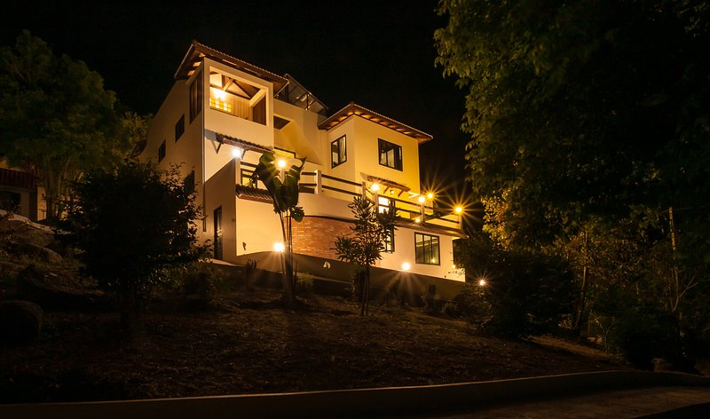 New POP Villa - 6 BR Villa, 2 Pools, Panoramic Sea, Jungle, Sunrise & Sunsets, aluguéis de temporada em Koh Tao