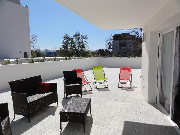 Nice apt with terrace, location de vacances à Baho