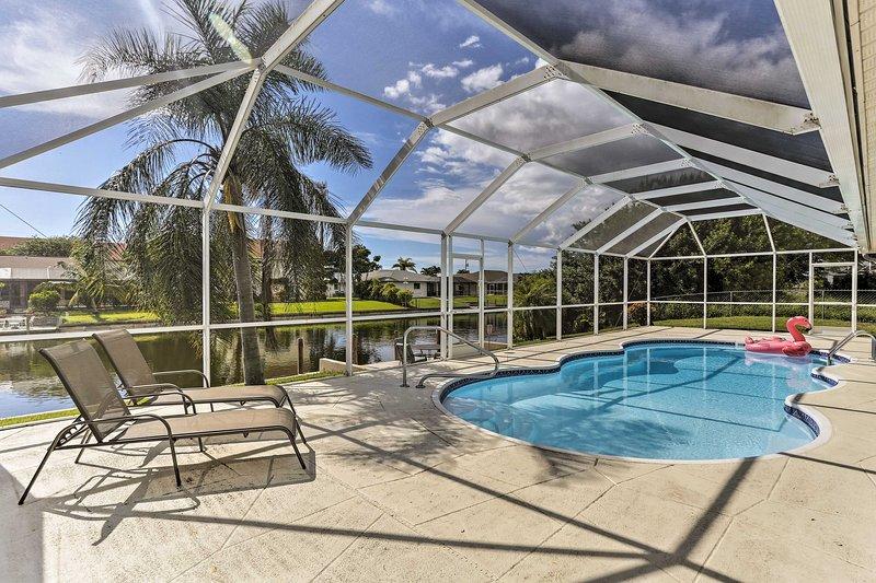 Lounge près de la piscine dans la véranda filtrée et attraper un bronzage.