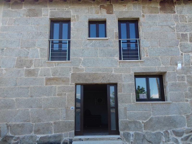 Fachada principal com largas paredes de pedra