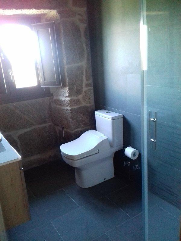 Casas de banho completas com chuveiro.